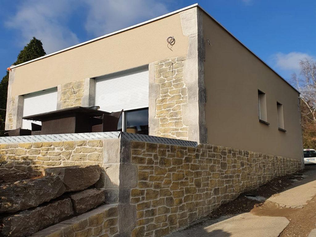 OSF Façade, façadiers experts en ravalement et maçonnerie à Lyon et Villefranche sur Saône . Travaux, enduit, étanchéité, entretien, nettoyage et peinture sur façades neuves et anciennes, finition fausses pierres. Nettoyage de toitures et réparation.